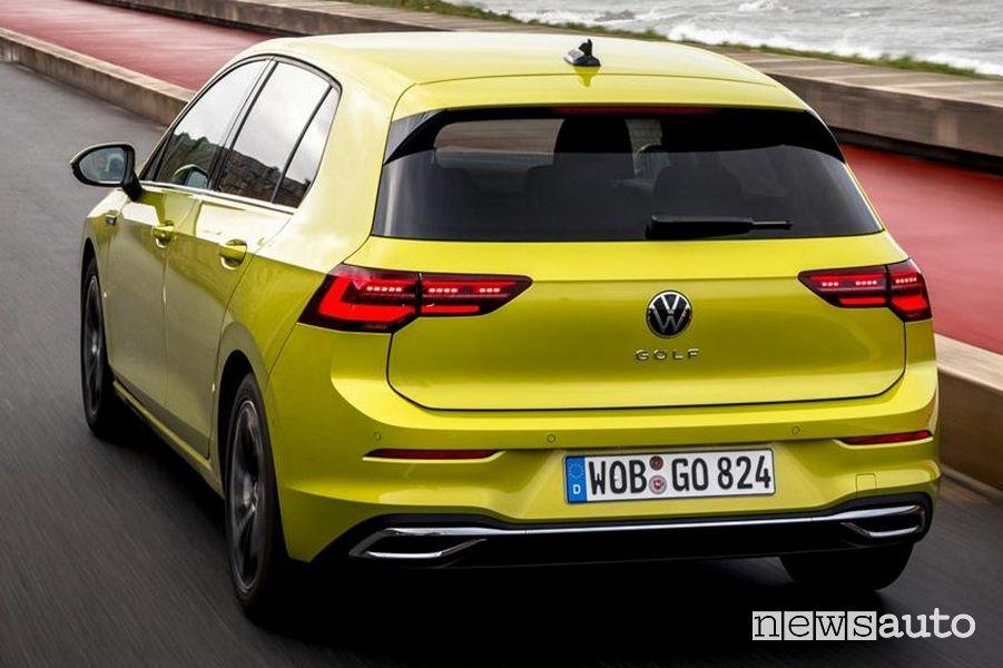 Vista posteriore Volkswagen Golf 8 gialla