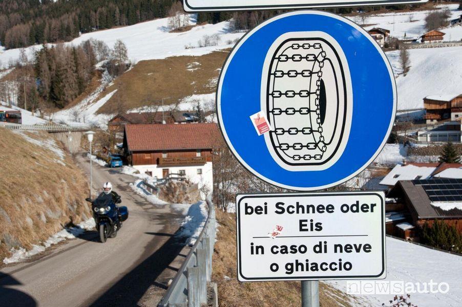 Cartello obbligo catene da neve sulle Dolomiti Trentino Alto Adige