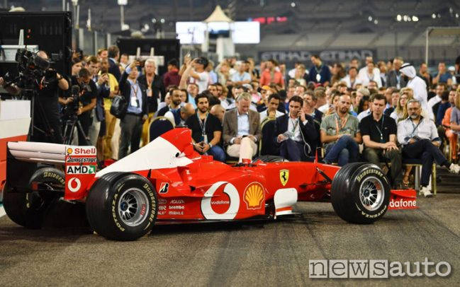 Battitori all'asta sul circuito di Abu Dhabi per la vendita della Ferrari F1 di Michael Schumacher