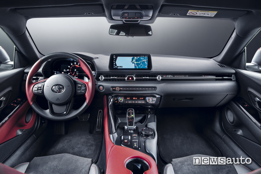 Interno abitacolo nuova Toyota Supra con motore 2 litri turbo