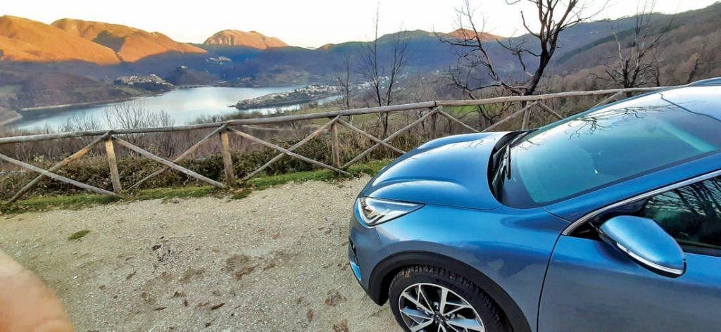 La Kia Niro sul Lago del Turano (Lazio, Rieti).