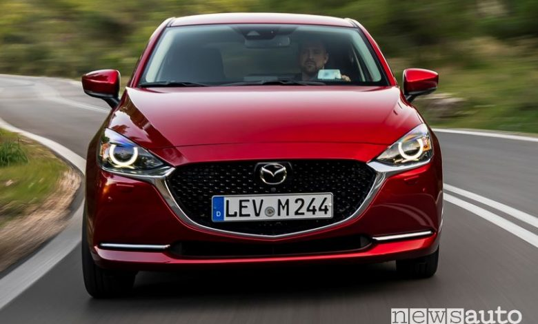 Vista anteriore Mazda2 2020 Soul Red Crystal in movimento