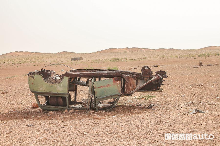 Residui di carrozzerie di fuoristrada abbandonati nel deserto tunisino