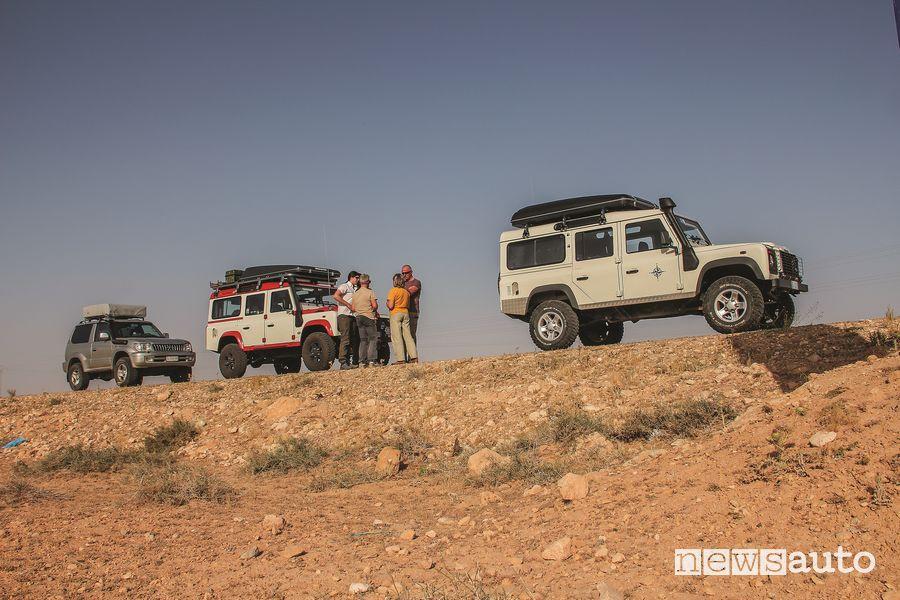 3 equipaggi su 3 fuoristrada, 2 Land Rover Defender e 1 Toyota Land Cruiser KZJ90.