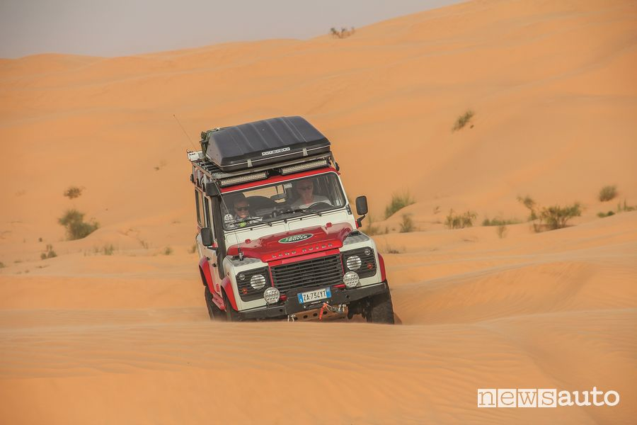 le dune di sabbia del  Sahara affrontate con il Land Rover Defender