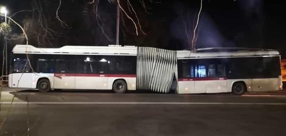 filobus 90 Atac rotto accartocciato su sé stesso