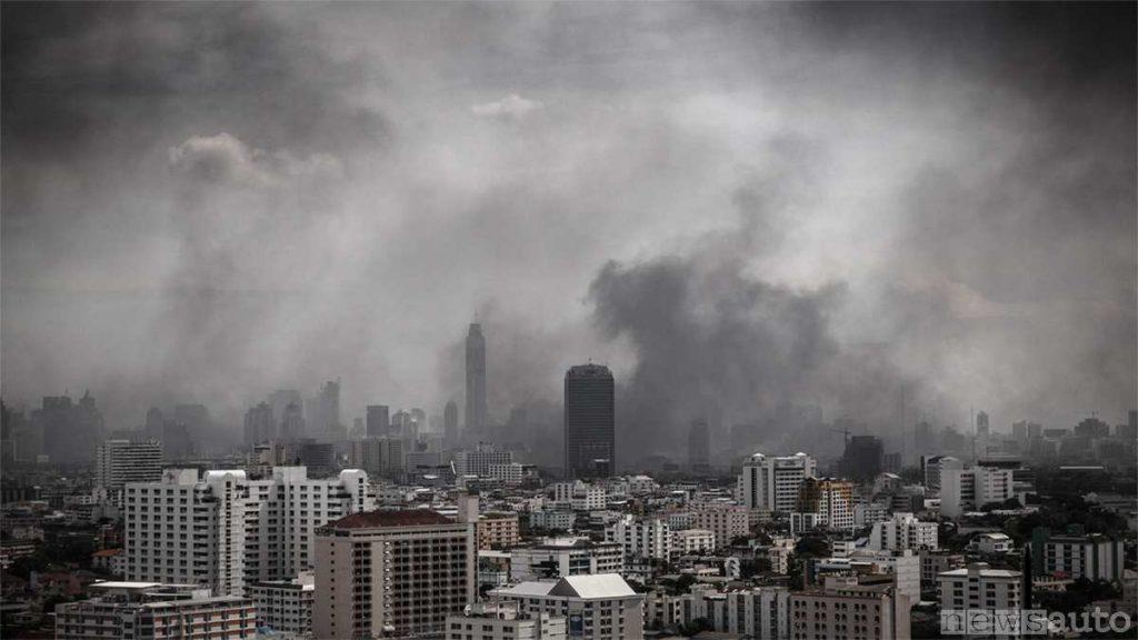L'inquinamento nelle grandi città provocato da caldaie vecchie a gasolio e combustibili fossili (carbone) che esce dai camini delle abitazioni ed uffici.