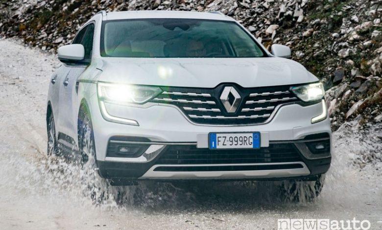 Vista anteriore Renault Koleos nella cava di Marmo di Carrara