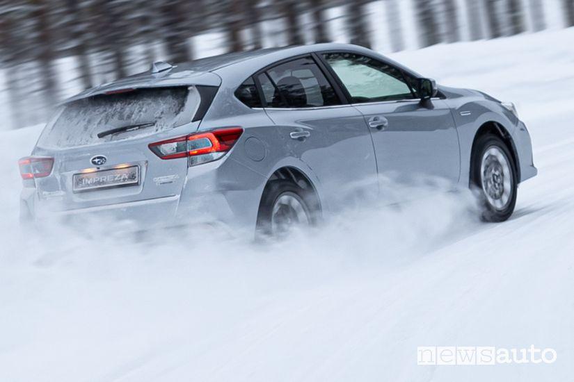 Vista posteriore Subaru Impreza e-Boxer sulla neve