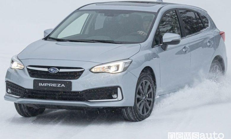 Vista anteriore Subaru Impreza e-Boxer sulla neve