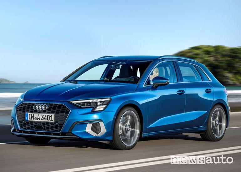 Vista di profilo Audi A3 Sportback 2020 in strada