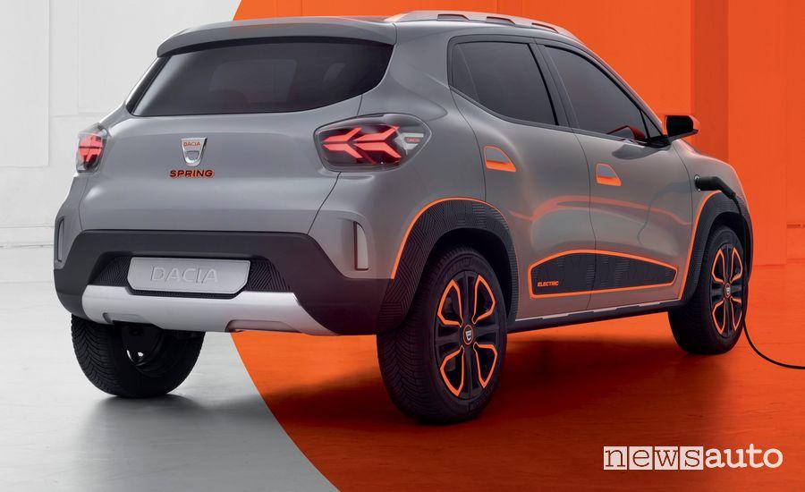 Vista posteriore Dacia Spring show car elettrica in ricarica