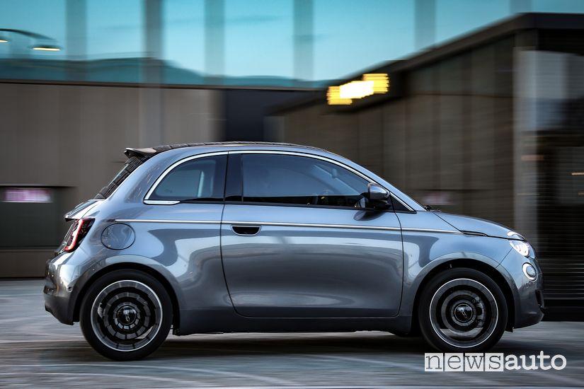 Vista laterale Fiat 500 elettrica cabrio La Prima