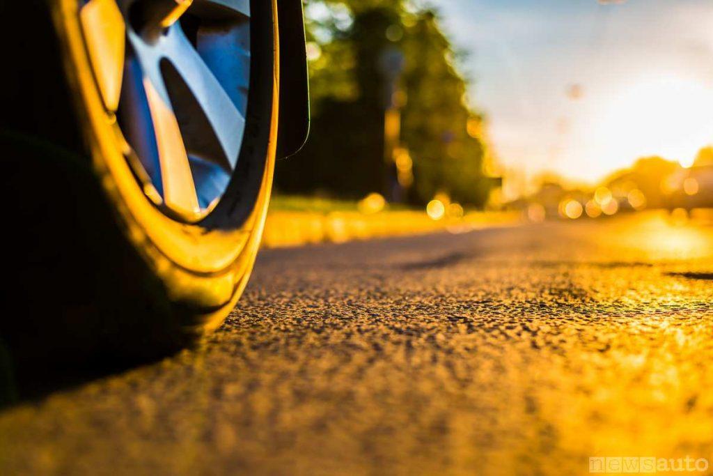 Usura pneumatico e asfalto generano polveri inquinanti