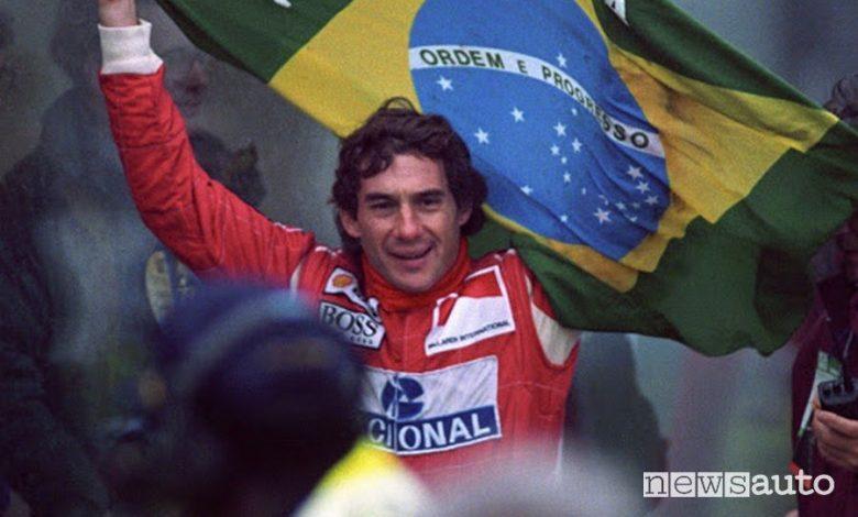 Ayrton Senna festeggia il Mondiale con la bandiera brasiliana