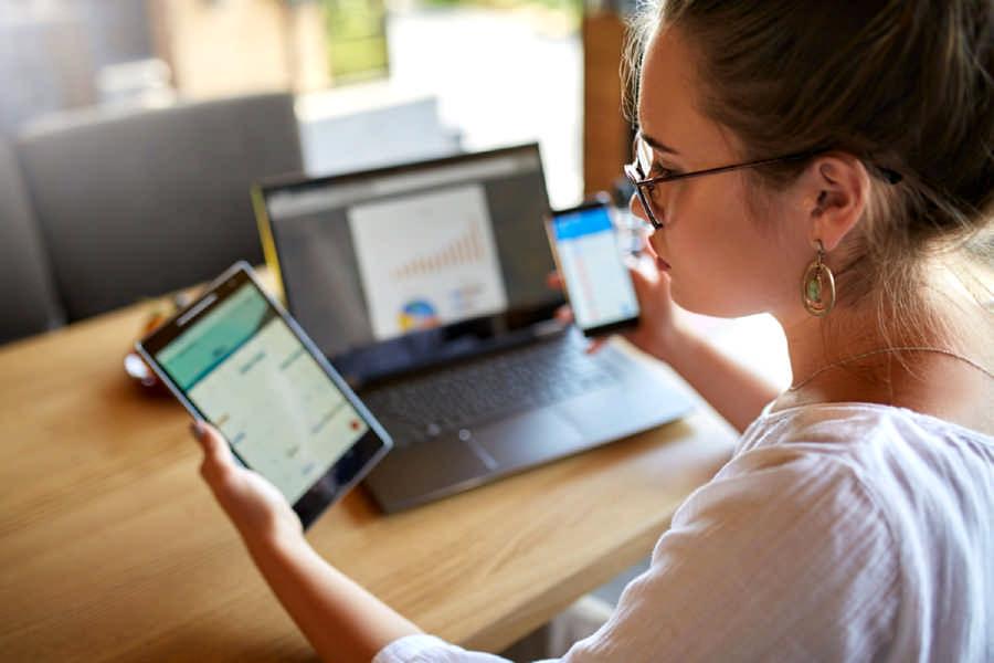 Per un lavoro d'ufficio da remoto a casa in smart working è sufficiente un pc (meglio se portatile), un telefono ed una linea di connessione dati