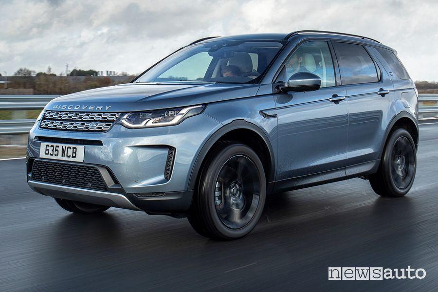 Vista di profilo Land Rover Discovery Sport ibrida plug-in