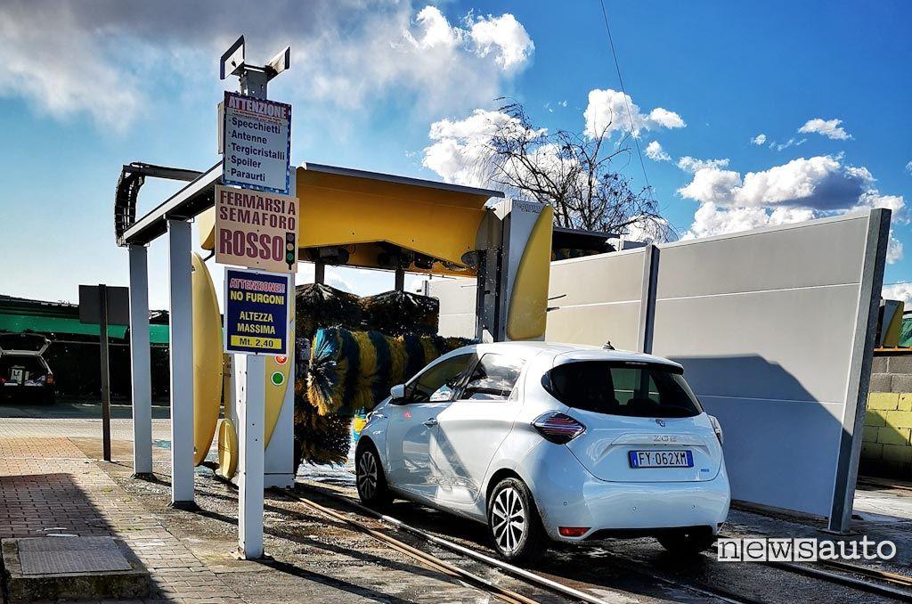 Renault Zoe all'autolavaggio:  se si esce di casa durante la quarantena da Coronavirus per l'avare l'auto all'autolavaggio si rischia una multa da 533 euro