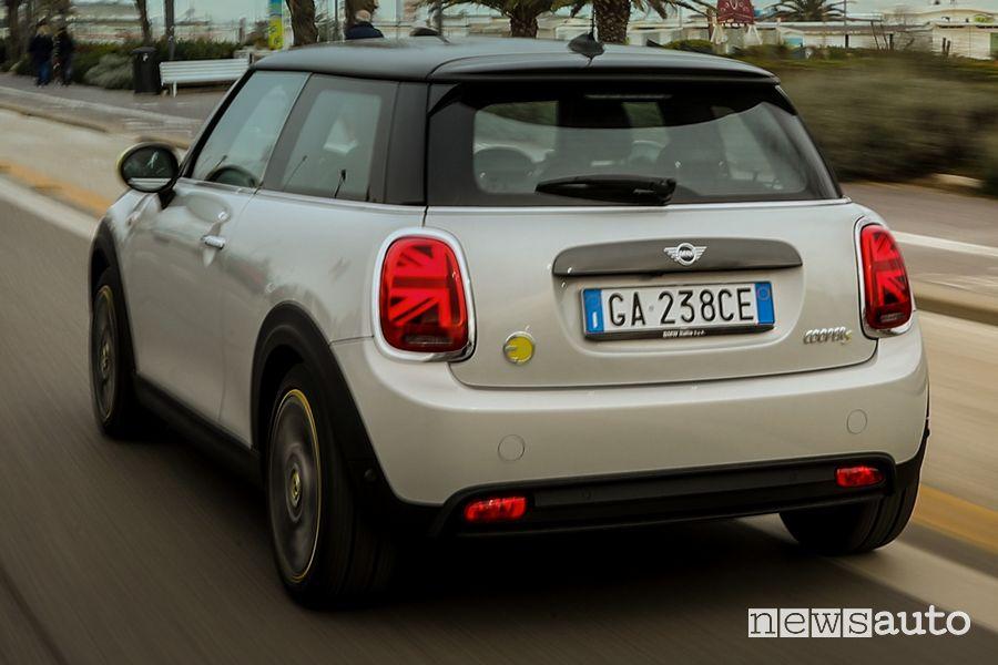 Vista posteriore Mini Cooper SE elettrica sul lungomare di Rimini