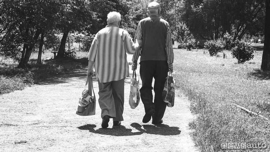 Una coppia di anziani va a fare la spesa, sono una coppia insparabile