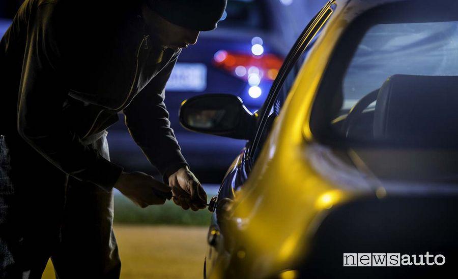 """furto auto sera, ladro in azione che """"spadina"""" una serratura"""