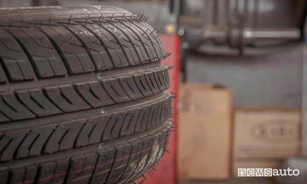 Battistrada di un pneumatico nuovo.  una crisi economica pazzesca che riguarda anche tutto il mondo dell'auto e quello dei pneumatici
