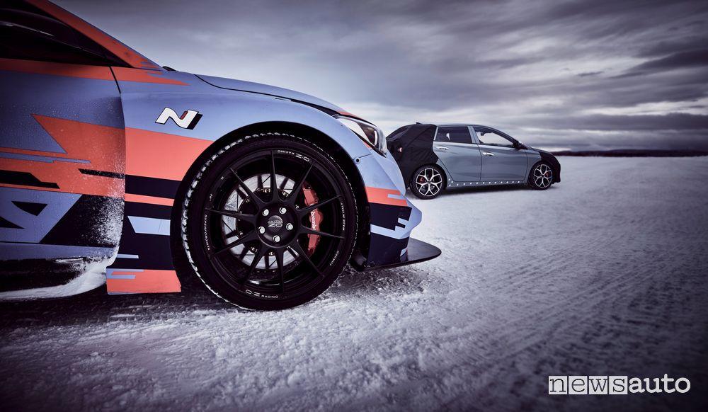 Hyundai i20 WRC insieme al prototipo i20 N sul lago ghiacciato di Arjeplog in Svezia
