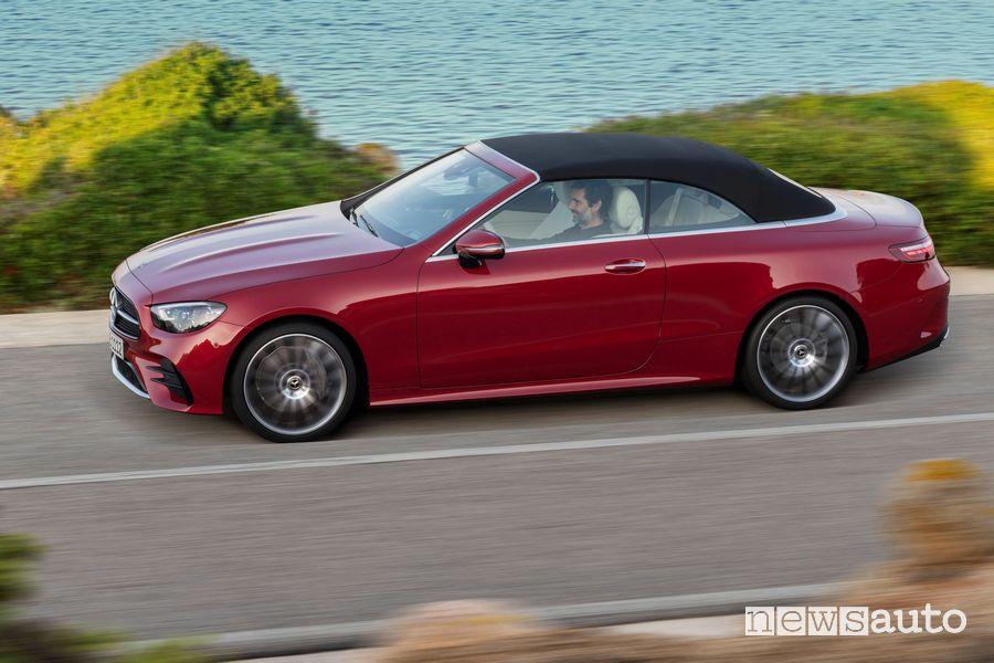 Vista laterale Mercedes-Benz Classe E Cabriolet con la capote chiusa