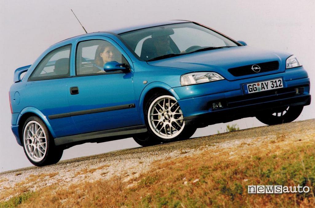 Opel Astra OPC vista anteriore della prima edizione seguita nel 2002 dalla Astra OPC turbo