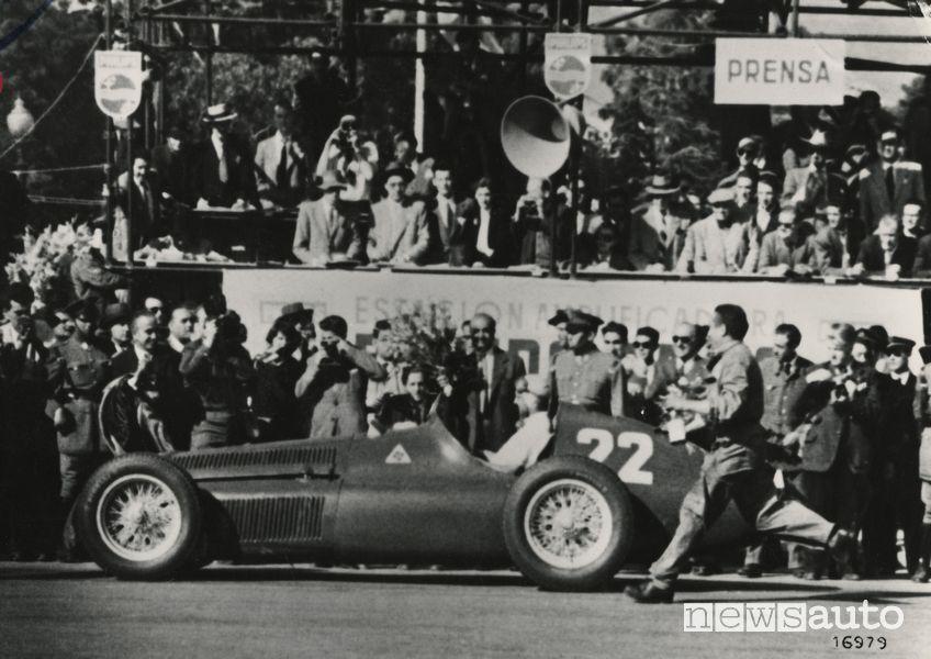 Juan Manuel Fangio campione mondiale F1 con l'Alfa Romeo nel Gp di Spagna del 1951