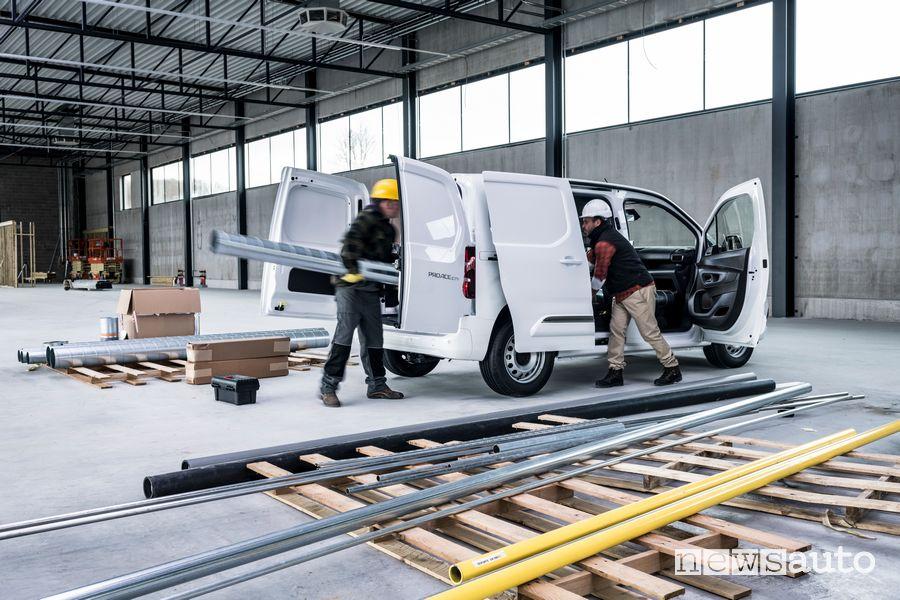 Operazione di carico oggetti lunghi fino a 3,4 metri con Sistema Smart Cargo di Toyota Proace City Van