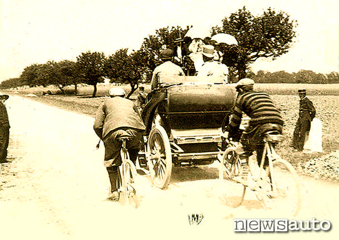 Le prime gare di auto, qui con una delle prime carrozze motorizzate