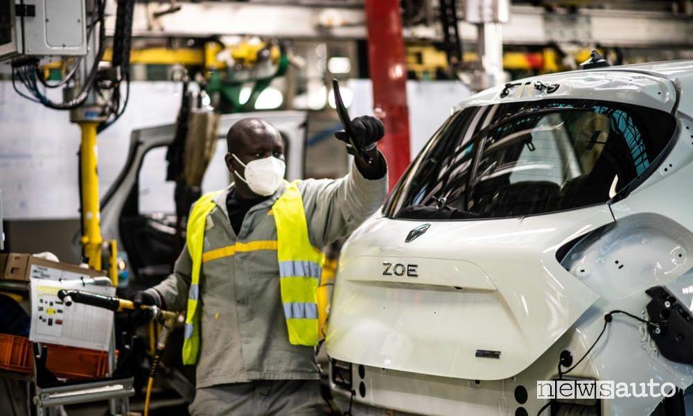 La catena di montaggio della fabbrica di Flins dove viene prodotta la Renault Zoe elettrica è a rischio chiusura per il fallimento Renault