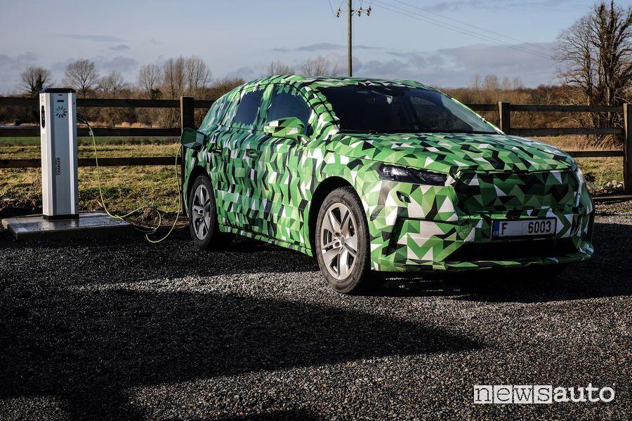 Operazione di ricarica Škoda Enyaq iV in versione camouflage