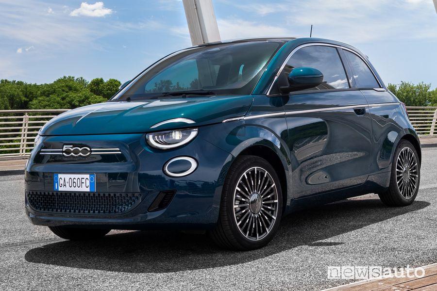 """Vista di profilo Fiat 500 elettrica """"la Prima"""" berlina"""