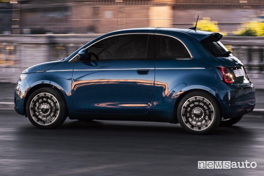 """Vista laterale Fiat 500 elettrica """"la Prima"""" berlina"""