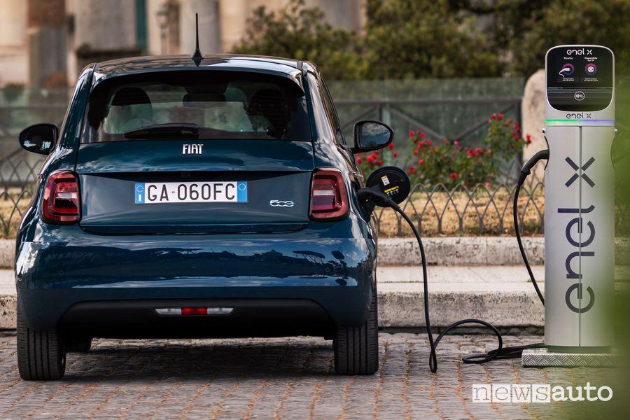 """Ricarica da colonnina Enel X Fiat 500 elettrica """"la Prima"""" berlina"""