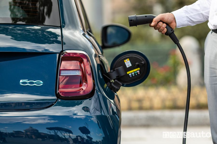 "Operazione di ricarica Fiat 500 elettrica ""la Prima"" berlina"