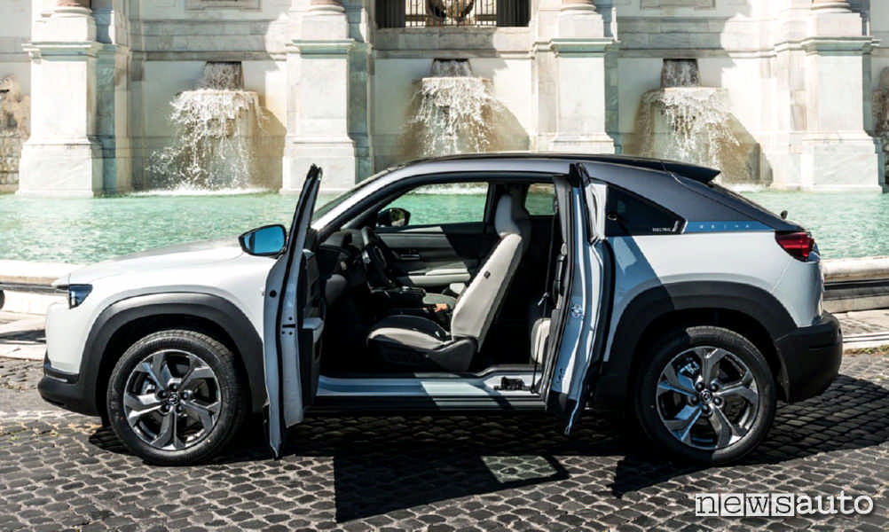 Le portiere posteriori si aprono controvento sulla Mazda MX-30