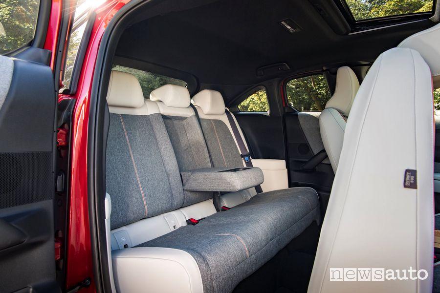 Sedili posteriori abitacolo Mazda MX-30 elettrica Soul Red Crystal