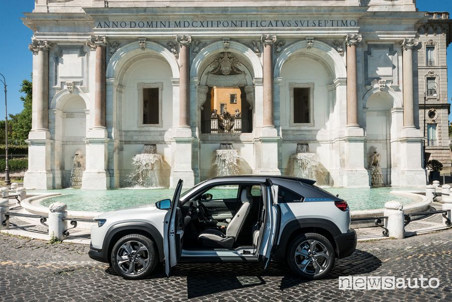 Vista laterale con le portiere aperte Mazda MX-30 elettrica a Roma