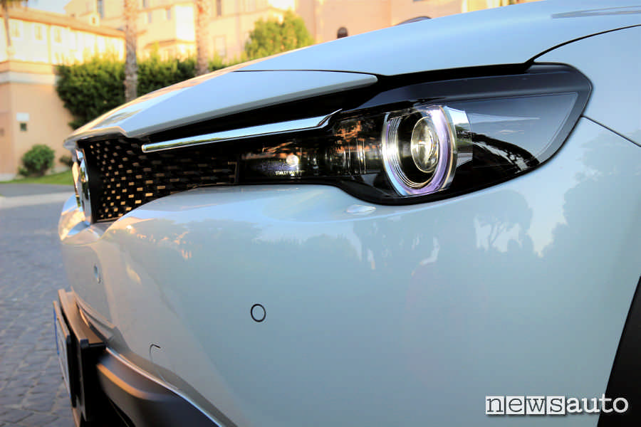 Mazda MX-30 vista particolari anteriori la mascherina, la griglia ed il gruppo dei fari full led