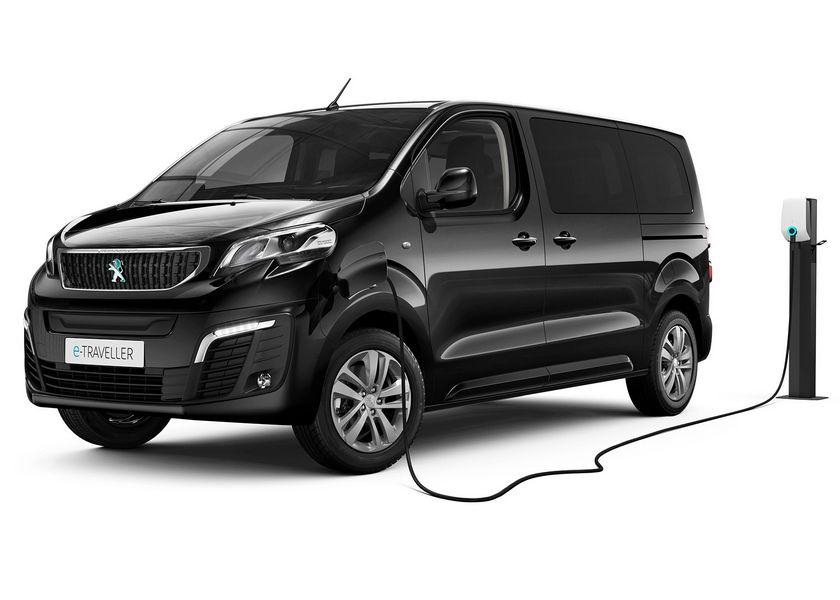Operazione di ricarica Peugeot e-Traveller elettrico