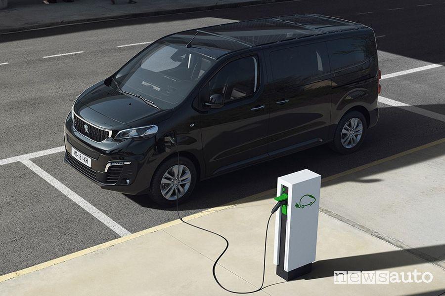 Ricarica da colonnina pubblica Peugeot e-Traveller elettrico