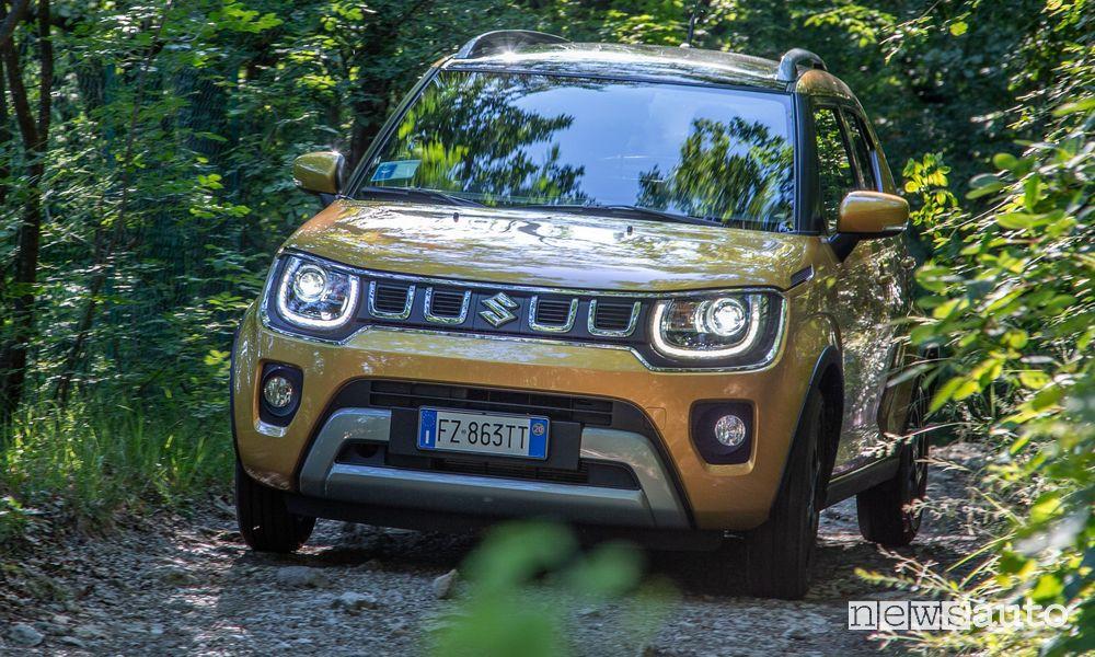 Vista anteriore Suzuki Ignis Hybrid 2020 sullo sterrato