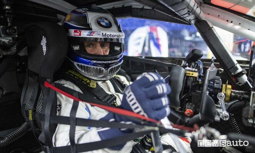 Alex Zanardi pilota nell'abitacolo di un'auto da corsa
