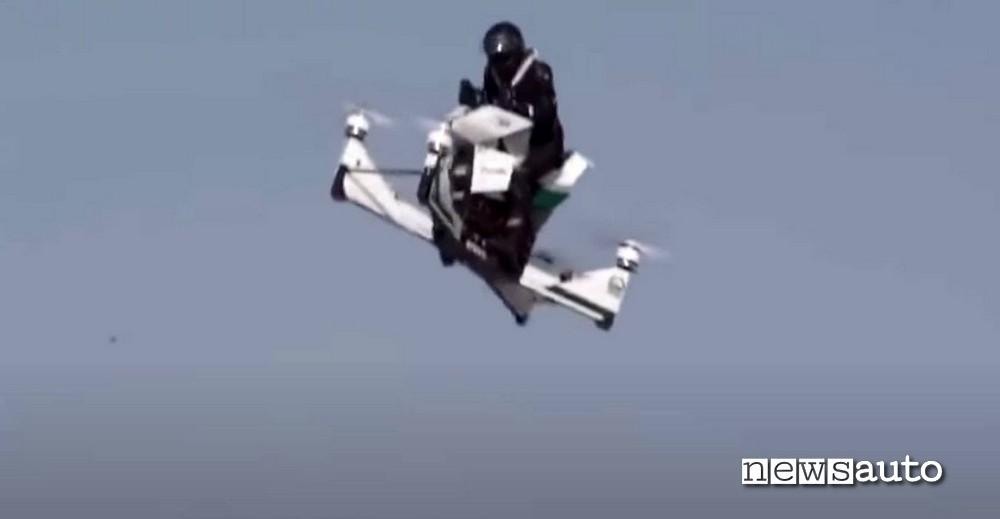 Drone scooter della Polizia di Dubai in volo, momento nel quale il velivolo inizia a perdere la stabilità