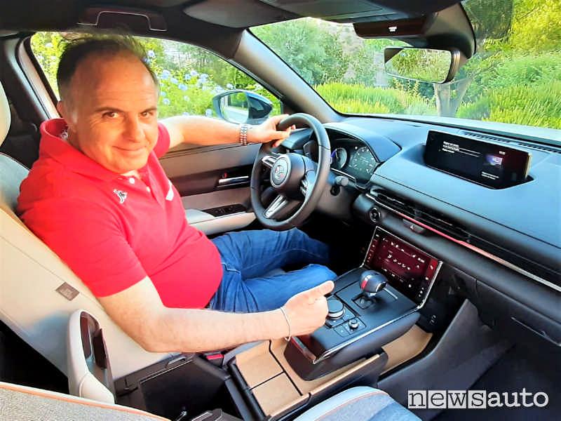 A bordo della nuova Mazda MX-30 con l'abitacolo molto accogliente
