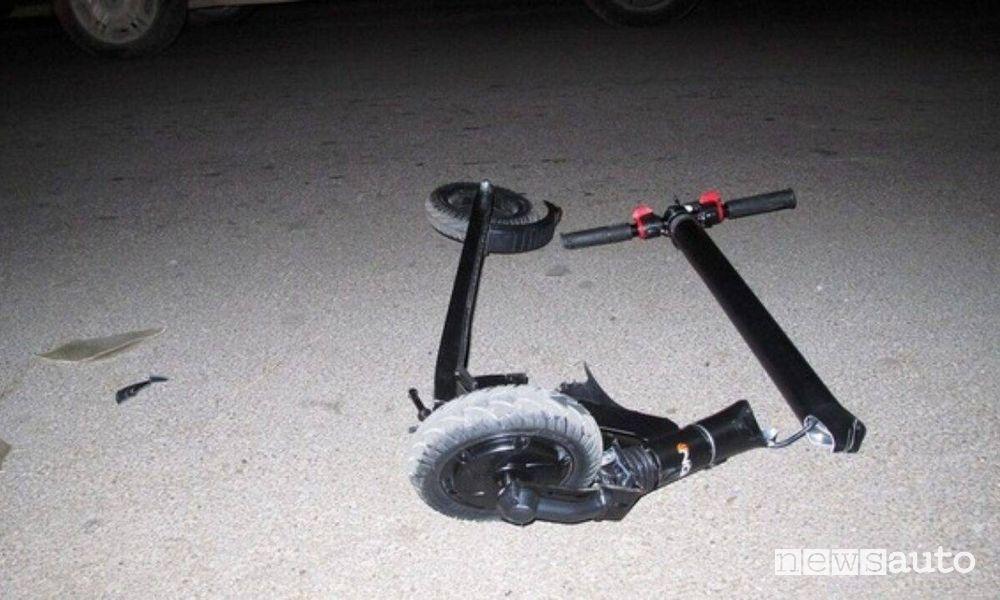 incidenti con monopattini elettrici, spezzato in due