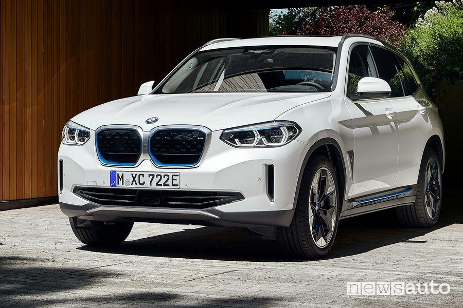 Vista anteriore BMW iX3 SUV elettrico